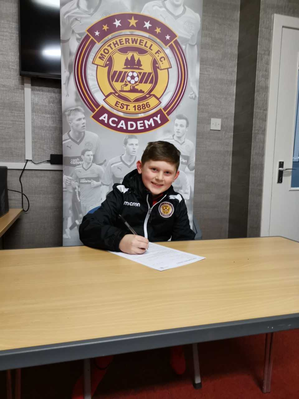 Kerr signs on the dotted line for Motherwell